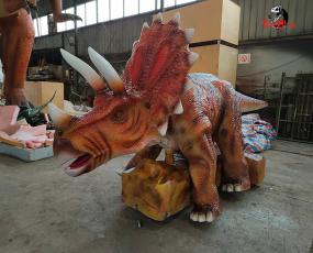 行走的大型恐龙_三角龙